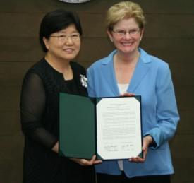 President McAuliffe with Ewha President Sun-Uk Kim